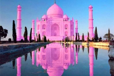 Pada waktu Subuh, Taj Mahal akan tampak merah muda.  (Pic: travelingyuk.com)